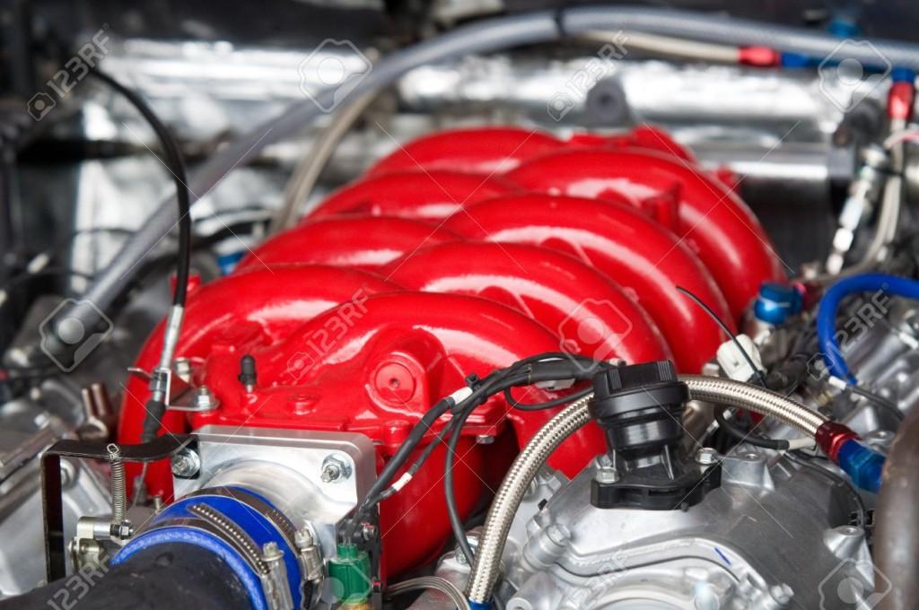 15359415-Top-rosso-di-auto-da-corsa-del-motore-V8-Profondit-di-campo--Archivio-Fotografico